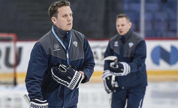 Lauri Marjamäki ja niin ikään valmennusjohtoon kuuluva Jussi Tapola tietävät aktiivisesta pelistä kiinnipitämisen haasteet kovassa painetilanteessa.