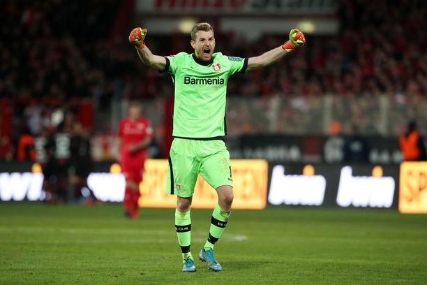 Lukas Hradecky sai tuulettaa Leverkusenin voittoja tasaiseen tahtiin ennen koronataukoa.
