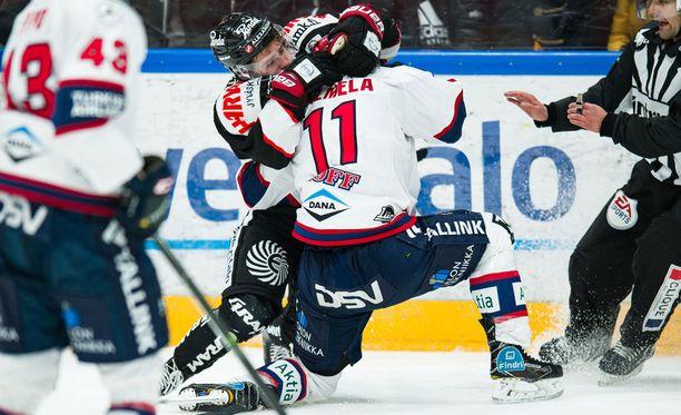 JYPin Jerry Turkulainen ja HIFK:n Saku Salmela ottivat toisessa erässä mittaa toisistaan.