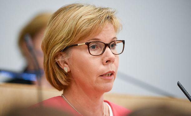 RKP:n puheenjohtaja Anna-Maja Henriksson arvostelee kovin sanoin hallituksen tekemiä muutoksia turvapaikanhakuprosessiin. Arkistokuva.