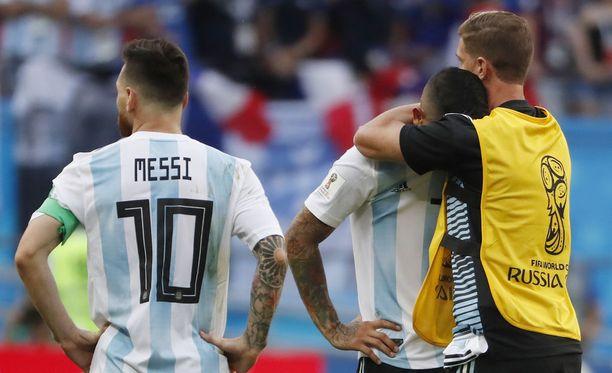 Messi seuraa ranskalaisten juhlia. Joukkuetoveri Ever Banega (toinen oikealta) oli murheen murtama.