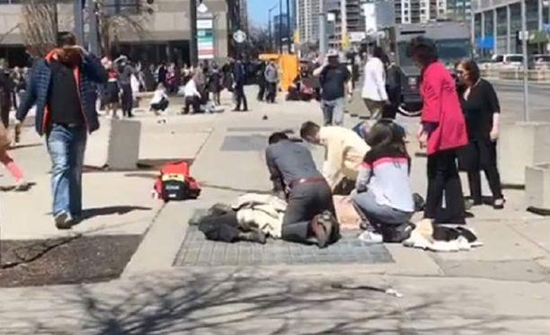 Useita ihmisiä on loukkaantunut, kun pakettiauto ajoi väkijoukkoon Torontossa Kanadassa.