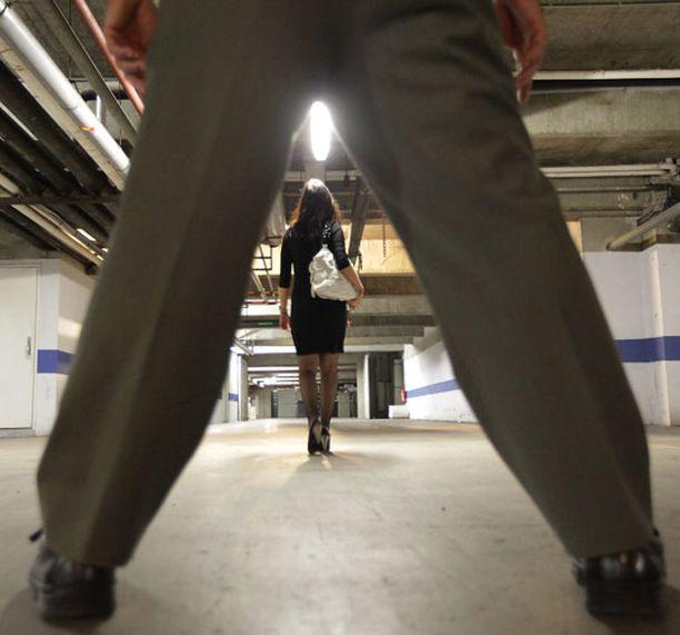 Raiskauksesta on vaikea saada näyttöä, jolloin raiskauksen tunnusmerkit jäävät usein täyttymättä.