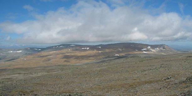 Halti sijaitsee Suomen ja Norjan rajalla. Suomen korkein kohta sijaitsee rinteessä.