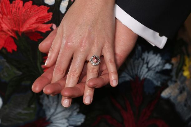 Prinsessa Eugenien kihlasormuksessa on timantteja ja safiiria.
