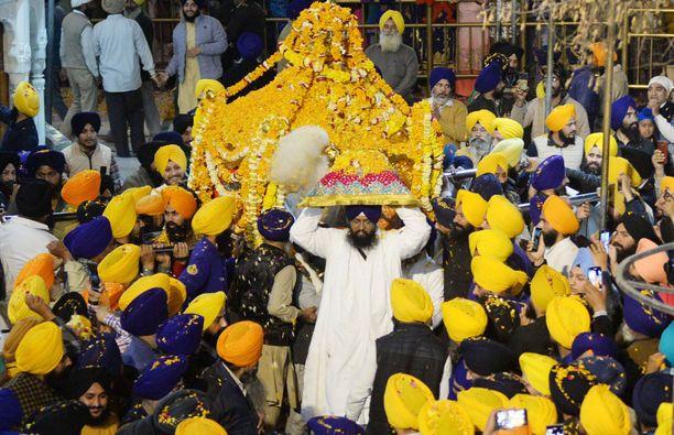Intialainen supertartuttaja-saarnaaja osallistui muun muassa sikhien vuosittaiseen Hola Mohalla -juhlaan. Toissa viikolla kuvatun kuvan guru ei liity tapaukseen.