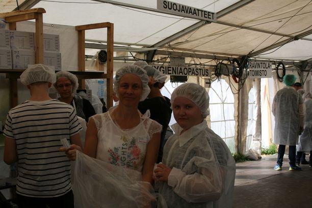 Maria Luhtaniemi Espoosta ja Lotta Tissari Oulusta ovat auttamassa Suviseurojen ruokahuollossa.