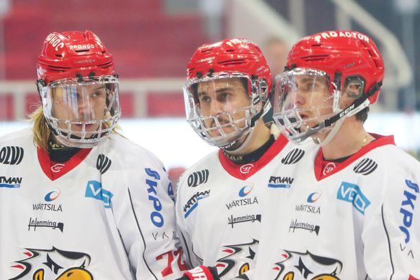 Vaasa Sportin pelaajat juonivat kuvioita.