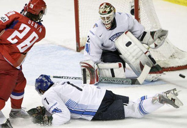 Antti-Jussi niemi yritti blokata Aleksander Seminin laukausta.