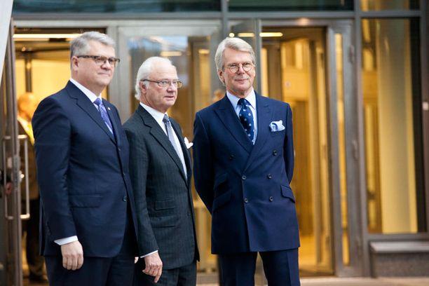 Jussi Pesonen, Kaarle Kustaa ja Björn Walhroos kuvattiin konttorin ulkopuolella.