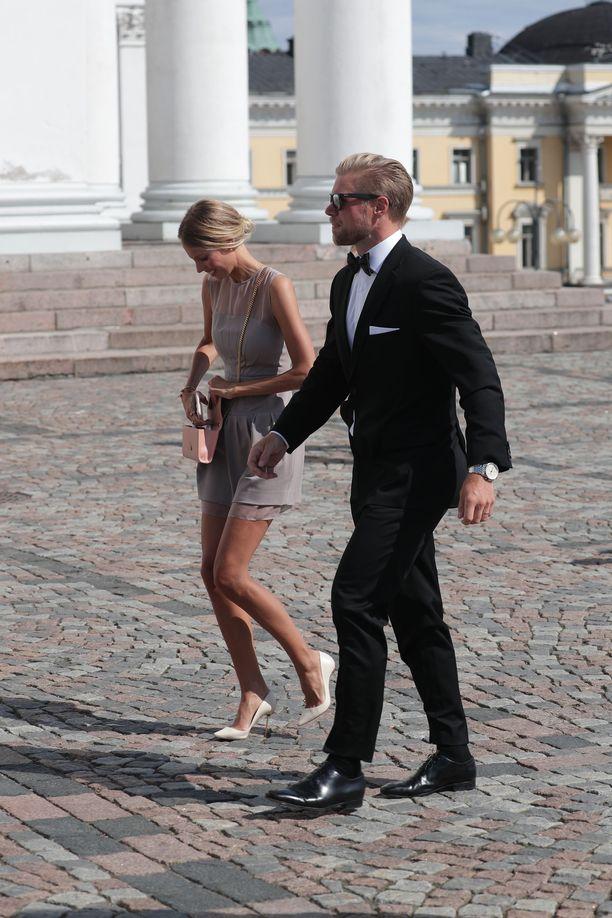 Politiikkaan pyrkivä ex-jääkiekkoilija Sean Bergenheim saapui paikalle Selviytyjät Suomi -kisasta tutun Vilma-vaimonsa kanssa.