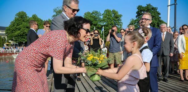 Viime kesänä presidentti Sauli Niinistöä ja Jenni Haukiota oli vastassa Naantalin satamassa runsaasti väkeä. Tänä vuonna perinteistä tilaisuutta ei järjestetä.