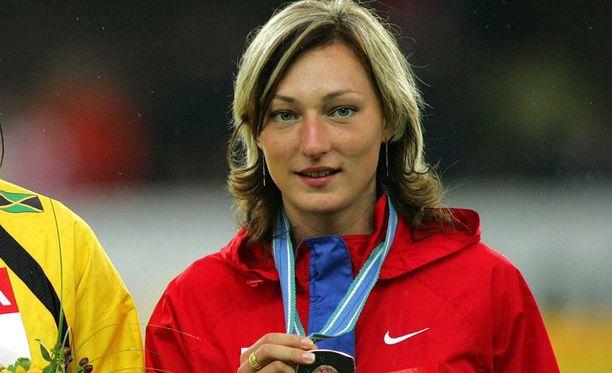 Anna Pjatyh voitti kolmiloikassa MM-pronssia Helsingissä vuonna 2005. Nainen saa pitää mitalinsa, vaikka hän kärähti kielletyistä aineista.