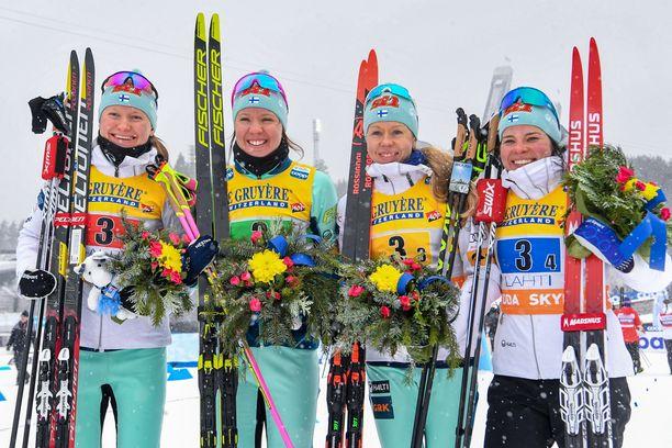 Johanne Matintalo (vas.), Kerttu Niskanen, Laura Mononen ja Krista Pärmäkoski hiihtivät toiseksi Lahden maailmancupin viestissä.