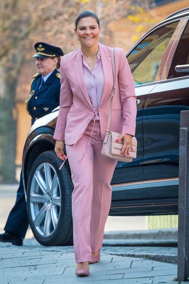 Vaaleanpunaista päästä varpaisiin! Kruununprinsessa Victoria on nähty useaan otteeseen Filippa K:n naisellisessa housupuvussa. Asu on vanhempaa mallistoa, mutta se Vickania haittaa. Kauluspaita, korkokengät ja laukkukin ovat sävy sävyyn pastellia.