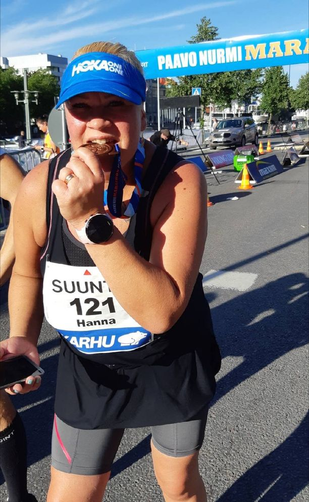 Onnellinen Hanna Maaria maalintulon jälkeen luvattuaan hankkiutua maraton-kuntoon vuodessa.