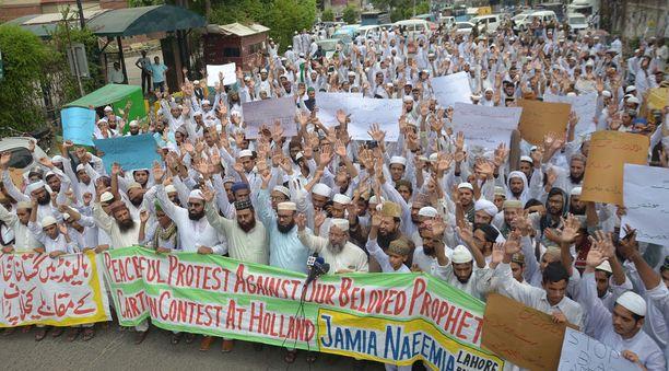 Pakistanilaiset uskovaiset järjestivät mielenosoituksen Wildersin pilapiirroskisaa vastaan Lahoressa keskiviikkona.