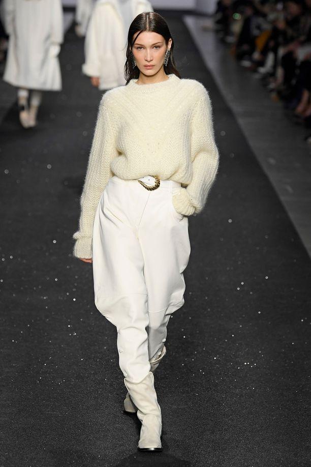 Bella Hadid esittelee jodhpureita Alberta Ferrettin runwaylla.