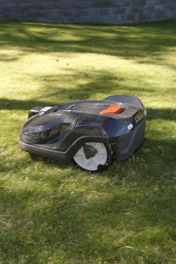 Kuvan robottiruohonleikkuri ei liity tapaukseen.