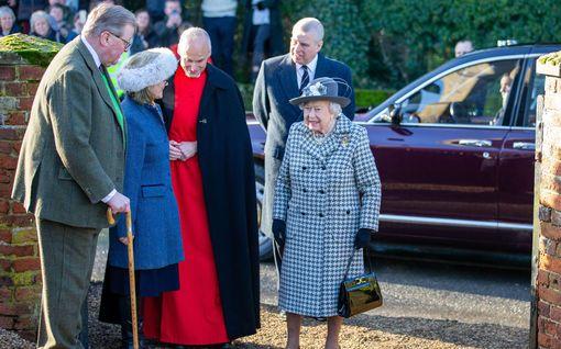 Kohusta toiseen – Kuningatar Elisabet tukee nyt prinssi Andrew'ta