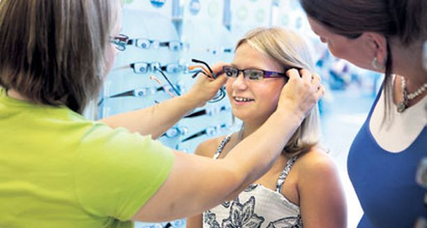 Emilia Stoor, 10, tuli äitinsä kanssa tarkastuttamaan näkönsä Jumbon Specsaversiin.