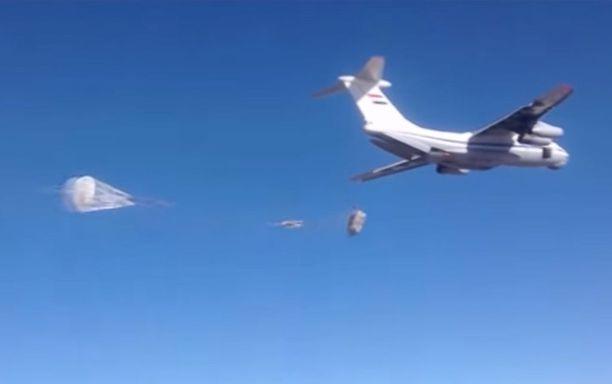 Syyrian ilmavoimien kuljetuskone pudotti humanitaarista apua venäläisvalmisteisten laskuvarjojärjestelmien avulla Deir ez-Zoriin tammikuussa 2016.