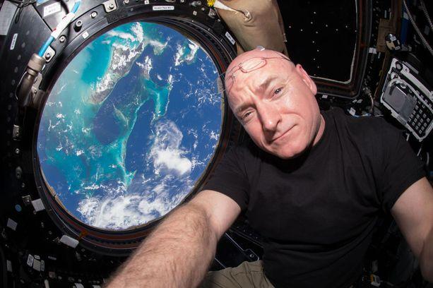 Scott Kelly kuvasi työpaikkaansa avaruusasemalla. Taustalla hohtelee Maa.