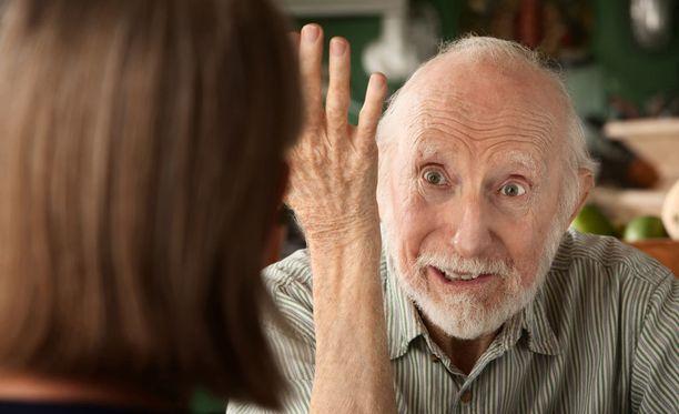 Alzheimerin taudin oireita voidaan lievittää lääkkeillä.