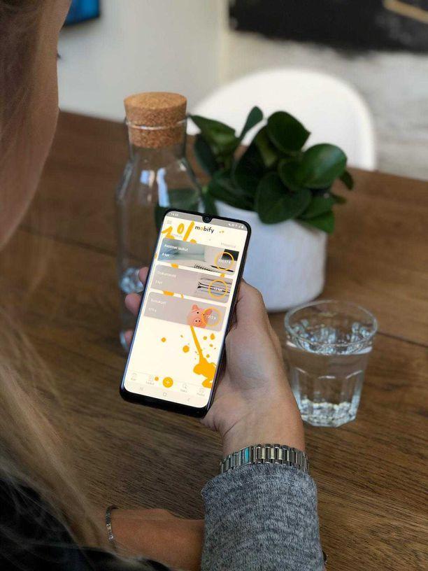 Niina esittelee Mobify-palvelua, johon voi keskittää kaikki laskut ja saada bonusta niiden maksamisesta.
