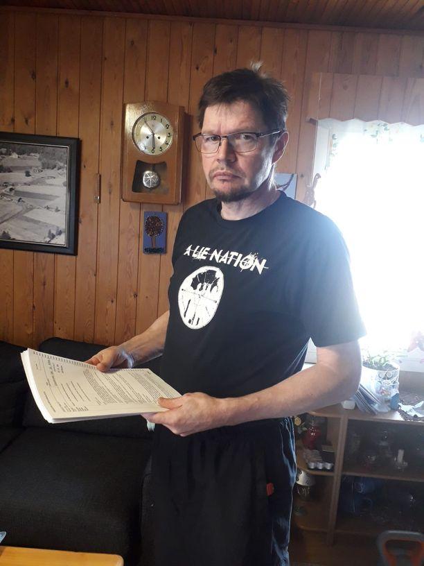 Jukka Moisasen elämä oli päättyä kesämökin pihalle 25. heinäkuuta ampiaisen piston vuoksi. Mies pitelee käsissään potilaskertomuksia, joita on kuntoutusjakson aikana kertynyt paksu pino. Hän tahtoo kertoa tapauksestaan, jotta ihmiset olisivat tietoisempia ampiaisenpistosten vaaroista.