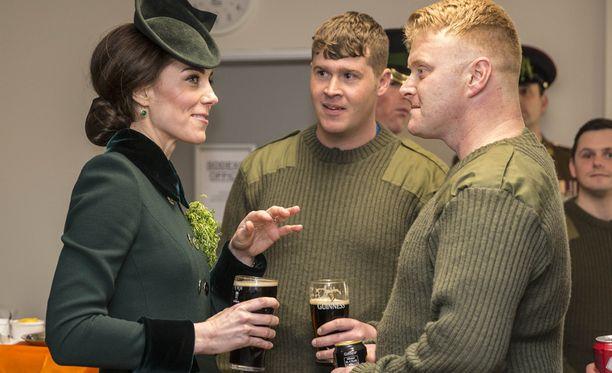 Rennosti edustanut herttuatar jutteli sotilaiden kanssa St. PatrickŽs Dayn juhlallisuuksissa.