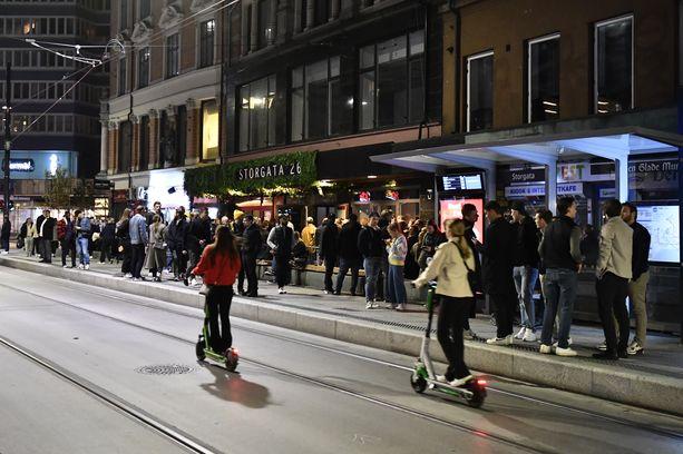 Norjalaiset juhlistivat koronarajoitusten poistumista railakkaasti lauantaina. Kuva Oslon keskustasta.