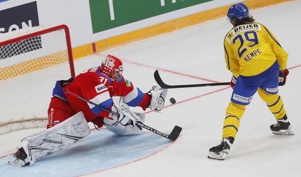 Aleksandr Samonov torjui Mario Kempen yrityksen.