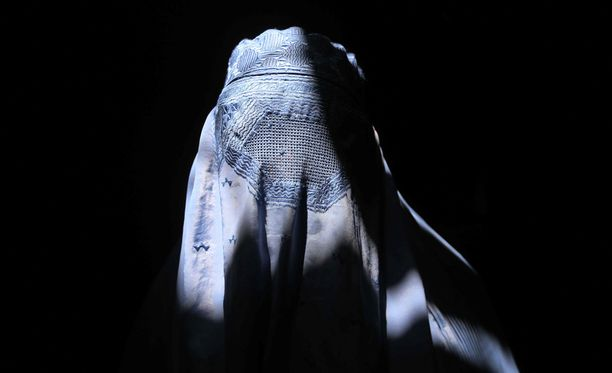 Nainen perinteisessä burkassa Afganistanin Heratissa. Burkia käytetään lähinnä Afganistanissa, Pakistanissa ja Pohjois-Intiassa.