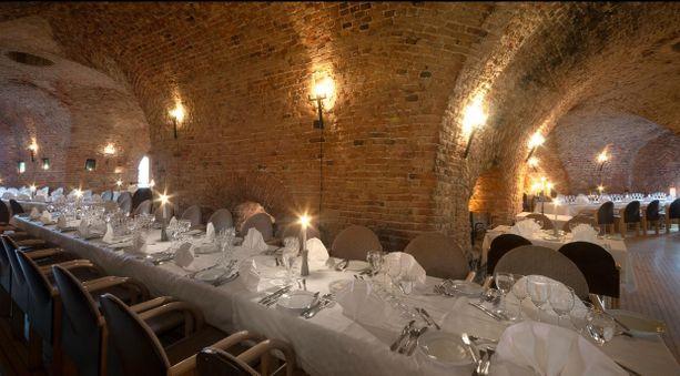 Linnoituksen sisään rakennettu ravintola kerää paljon kehuja erityisestä tunnelmastaan.