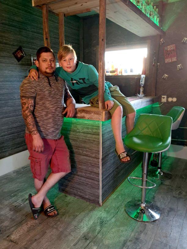 Jannen melkein 10-vuotias Veeti-poika viettää mielellään aikaa äijäluolassa isän kanssa.