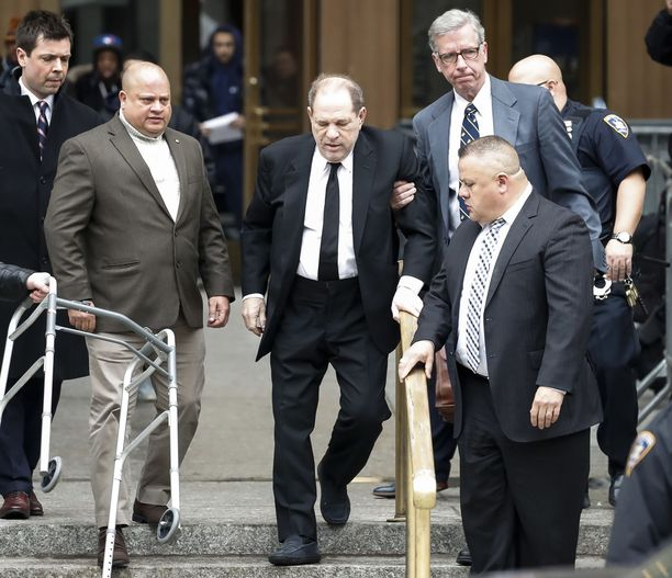 Harvey Weinstein poistumassa oikeudenkäynnistä New Yorkissa 6.1.2020.