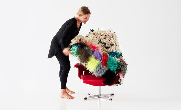 Ryijyllä voi uudistaa tuolin. Materiaali tulee tekstiiliteollisuuden ylijäämästä.