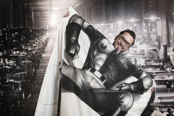Finlaysonin toimitusjohtaja Jukka Kurttila muistuttaa yrityksen ottaneen aiemminkin kantaa tasa-arvokysymyksiin. Kuvassa Kurttila esittelee kohua herättänyttä Tom of Finland -mallistoa.