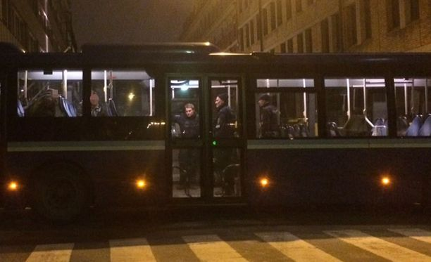 Poliisi säilöi motista pois kuljetetut mielenosoittajat paikalle säilöiksi tuotuihin busseihin, missä kiinni otetut odottivat vartioituina pois päästämistä.