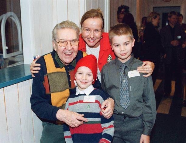 Kuvassa Pentti Siimes Paula-tyttärensä ja tämän lapsien kanssa vuonna 2001.