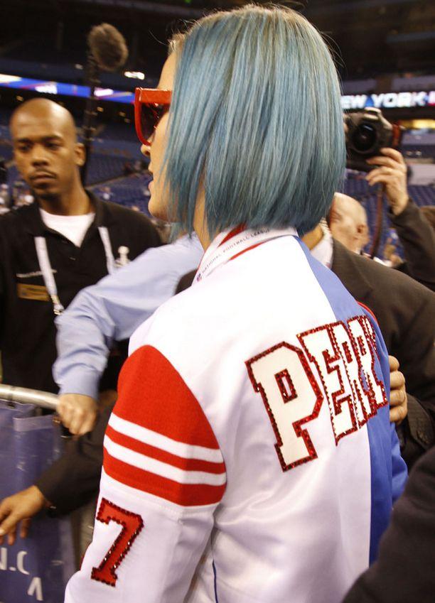 Monien muiden fanien tavoin Perry oli värjännyt hiuksensa siniseksi.