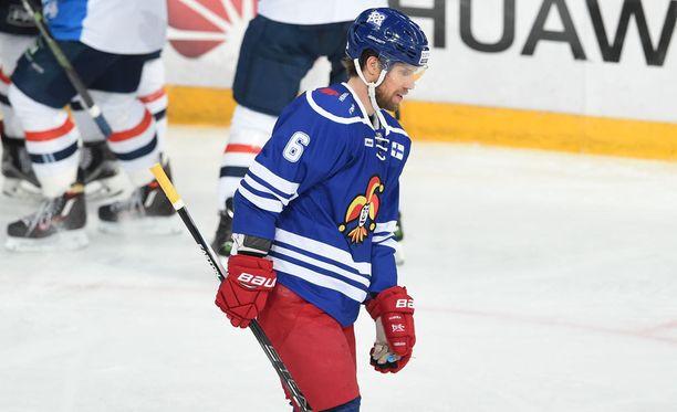 Topi Jaakola harmitteli Medvescakin osumaa matkallaan vaihtoaitioon.