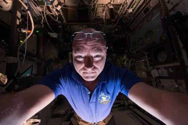 Osa Kellyn työtä oli myös toimia koekaniinina sille, mitä pitkä aika avaruudessa tekee ihmiskeholle.