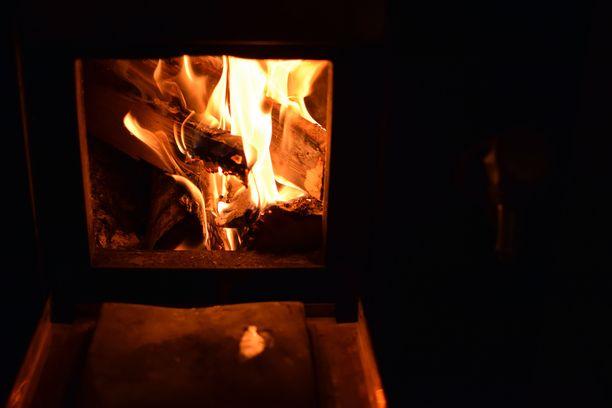 Puulämmitteinen sauna on monen mielestä paras, mutta sähkökiuassaunoissakin on puolensa.