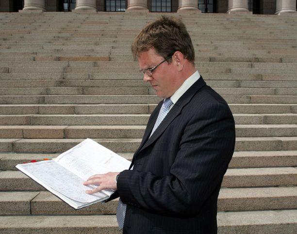 - Tästä näkyy, että en edes ole voinut olla mukana KMS:n perustamiskokouksessa, Tuohtunut puoluesihteeri Jarmo Korhonen esitti kalenterinsa ja kokouspöytäkirjansa IL:lle maanantaina.
