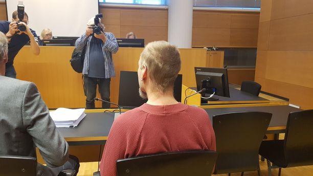 """Sarjasyömäri ei sulattanut rikoskierteensä saamaa julkisuutta. """"Mä häivyn hemmettiin Suomesta"""", hän sanoi oikeudessa."""