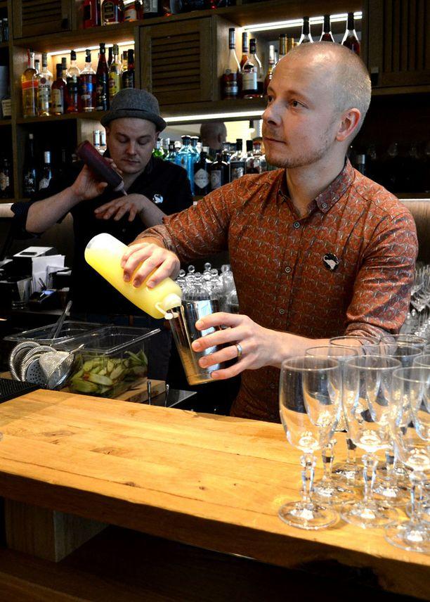 Turo Kotajärvi (vas.) ja Pekka Välitalo tekivät juomia Lilla e:n virallisissa avajaisissa torstaina.