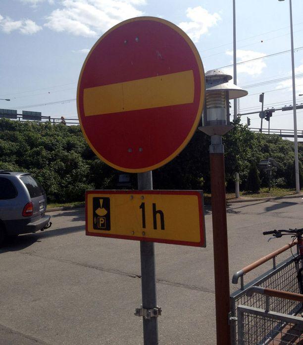 - Tämä kuva on otettu Vantaan Tikkurilan McDonald'sin parkkipaikalla. Tarkoittaakohan se, että pysäköintikiekolla saa ajaa tunnin väärään suuntaan?