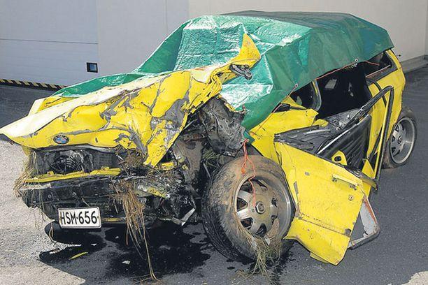 TULOS Keltainen BMW meni ulosajon seurauksena romuksi.